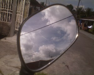 cermin kudaku gagah berani menunjukkan awan yang cantik berarak sopan