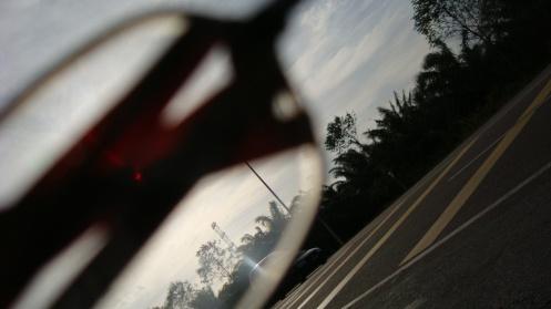 Melalui pita kaset yang dibalut ke cermin mataku