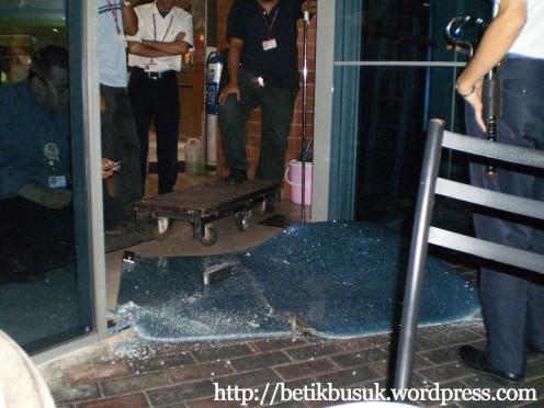 Aduh..pintu kaca jatuh beb.. aku ingat bersepai.. rupanya berlipat..