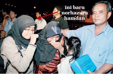 PELAJAR Malaysia di Universiti Andalas, Norhazura Hamdan (tengah) tidak dapat menahan rasa sebak dapat kembali kepangkuan ahli keluarganya di Pangkalan TUDM Subang pagi semalam.